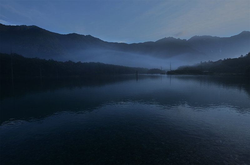 Dawn-of-Taisho-pond-in-kamikochi